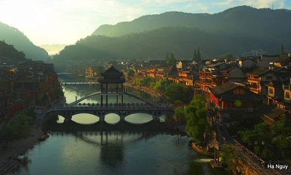 Du lịch Phượng Hoàng Cổ Trấn ở Trung Quốc